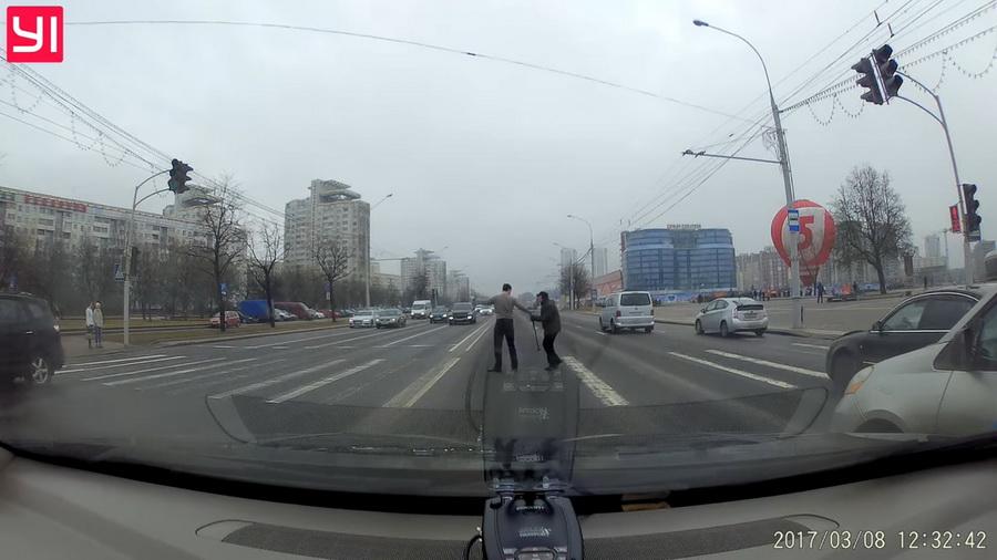 В Минске водитель остановил поток машин, чтобы перевести пожилого человека через дорогу