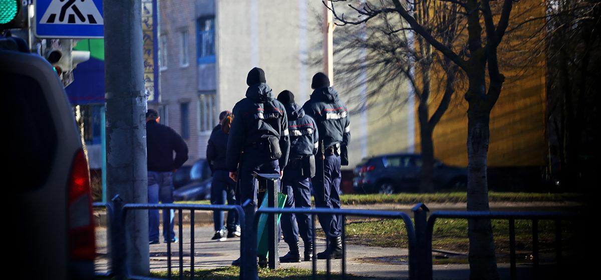Зачем милиционеры в Барановичах приглашали горожан в свой автобус? Обновлено
