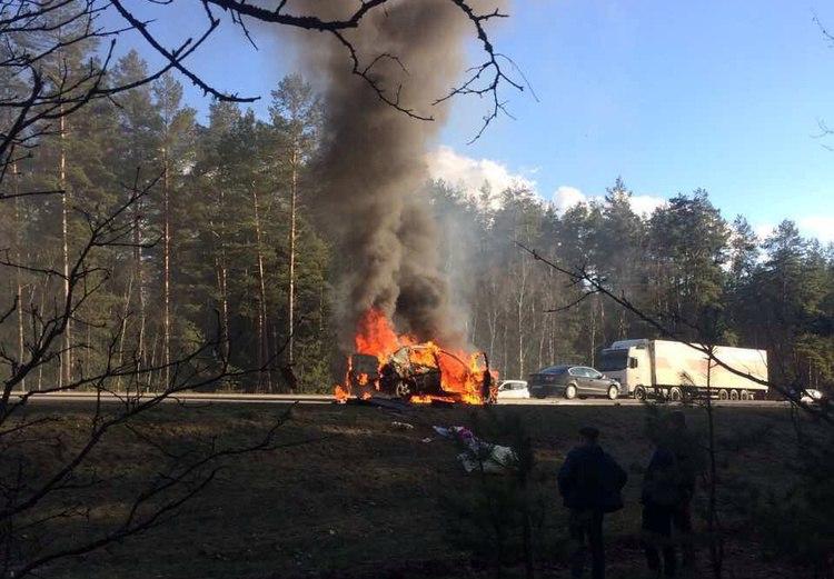 Фотофакт. Под Барановичами сгорел автомобиль