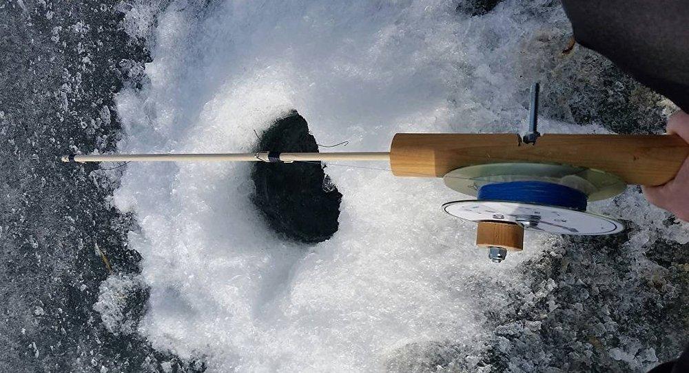 Два рыбака провалились под лед под Березой