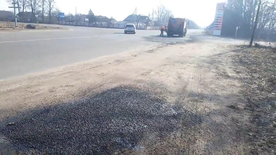 Видеофакт: Как в Барановичах асфальтируют придорожный песок