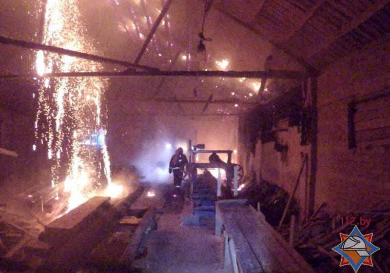 В Ляховичском районе горела пилорама