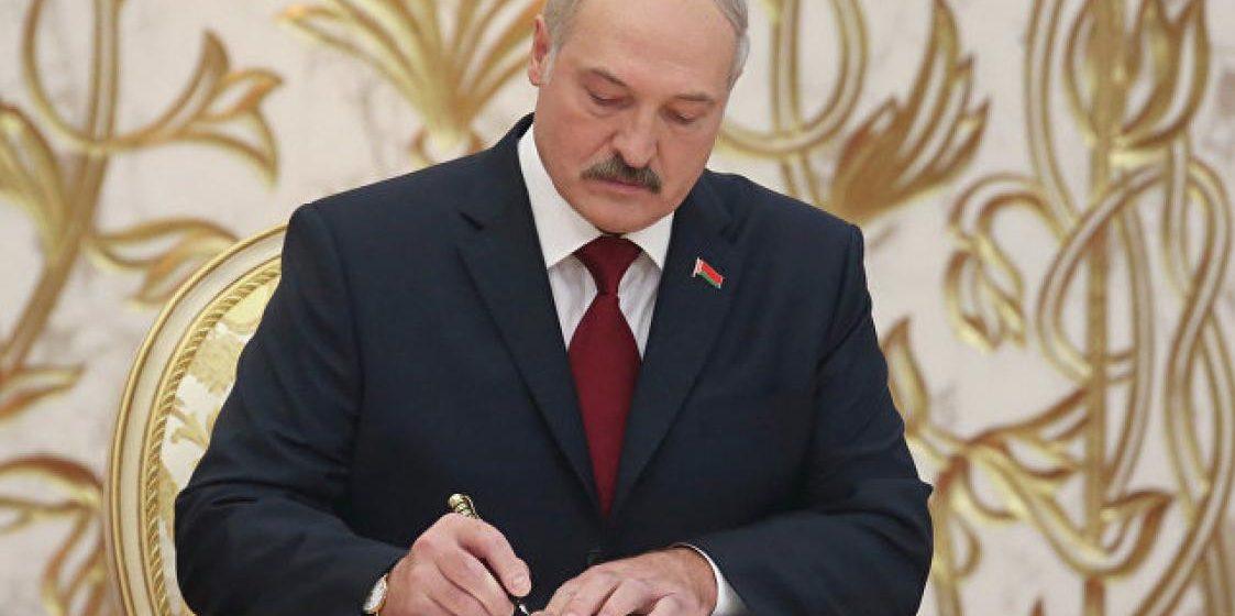Лукашенко подписал указ об издании книги об успехах Беларуси за 25 лет