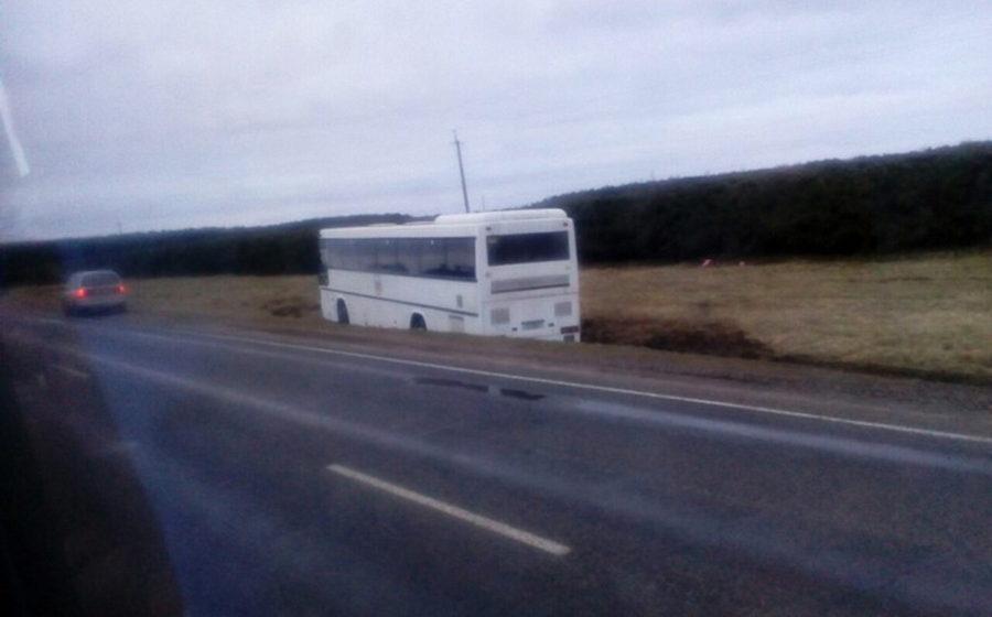 В Лидском районе из-за лопнувшего колеса автобус Калининград-Барановичи съехал в кювет