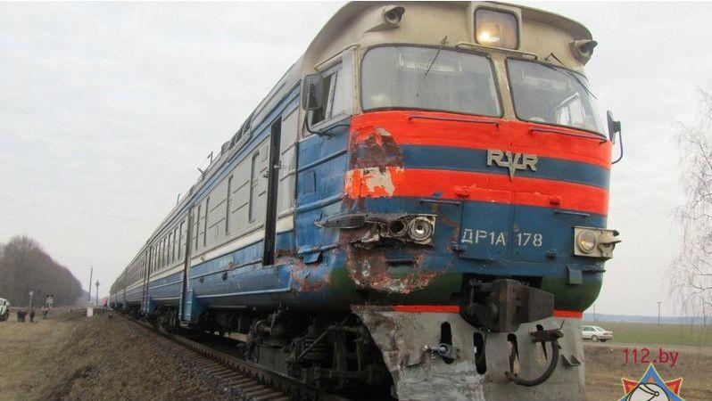 Барановичский дизель-поезд врезался в молоковоз