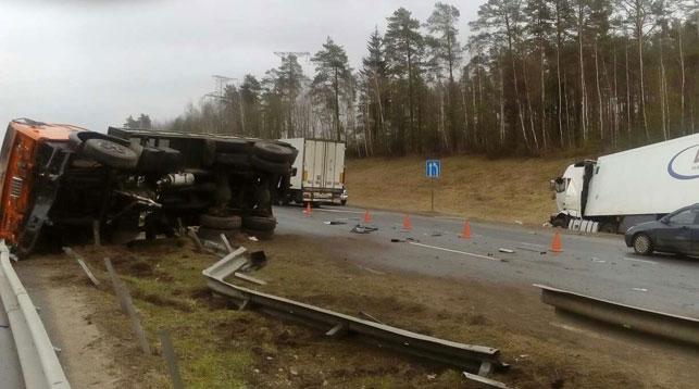 На трассе М1 дальнобойщик уснул за рулем и врезался в «КамАЗ»