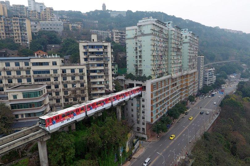 В Китае монорельсовую дорогу проложили прямо сквозь 19-этажный жилой дом