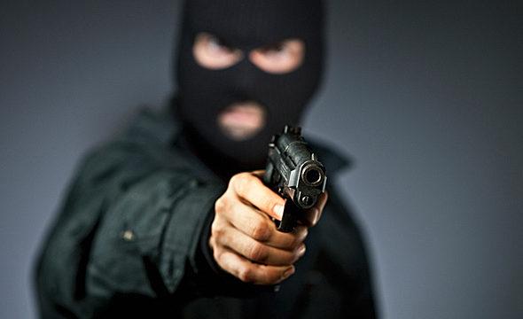 В Вилейке парень надел маску и, угрожая пневматическим пистолетом, учил жизни женщину и ее сожителя