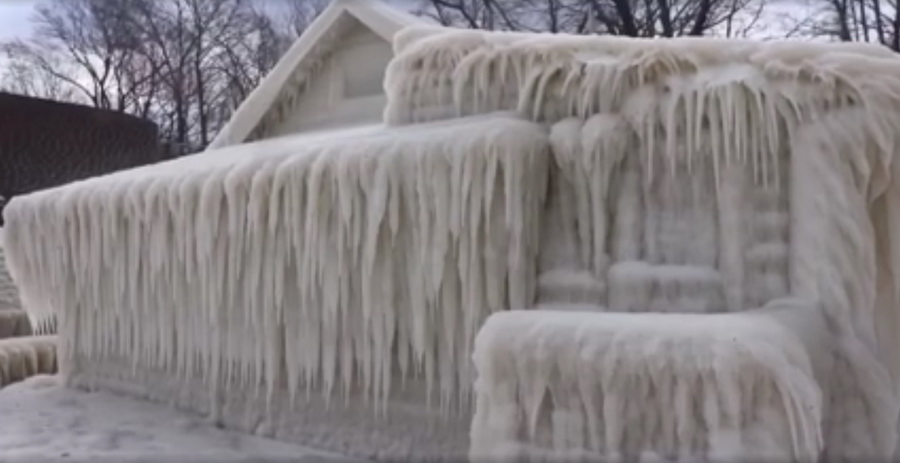 В США после снежного шторма дом превратился в ледяную глыбу