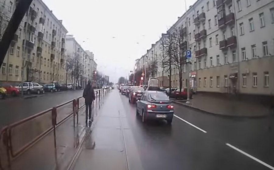 В сети появилось видео, как в Минске мужчина спасался бегством от трамвая