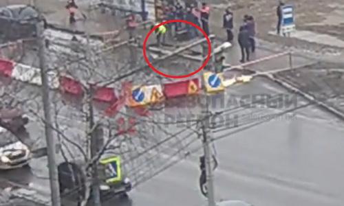 В Ярославле на остановке мужчина провалился с головой под асфальт (видео)