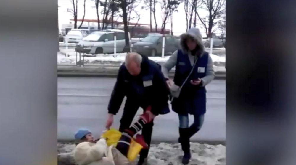 В Минске контролер таскал женщину-безбилетницу по земле, пытаясь забрать сумку (видео)