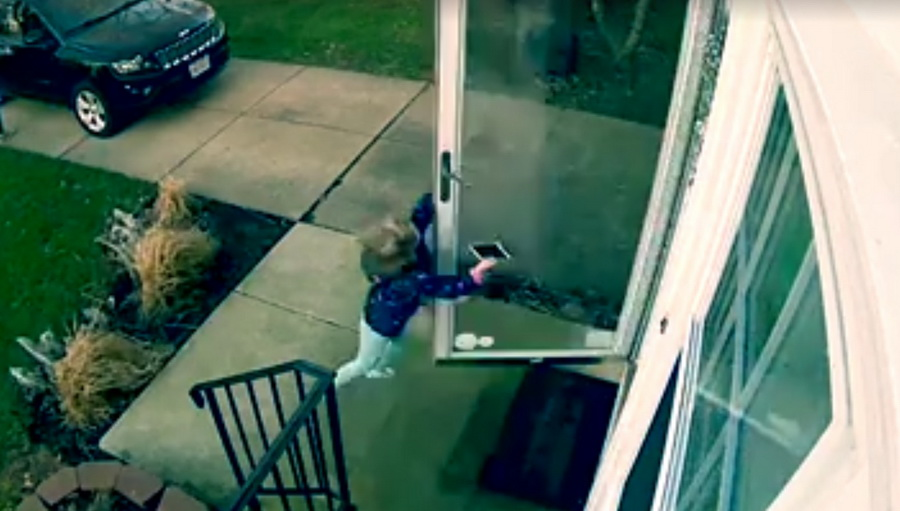 Камера видеонаблюдения сняла, как девочку сдуло ветром вместе с дверью