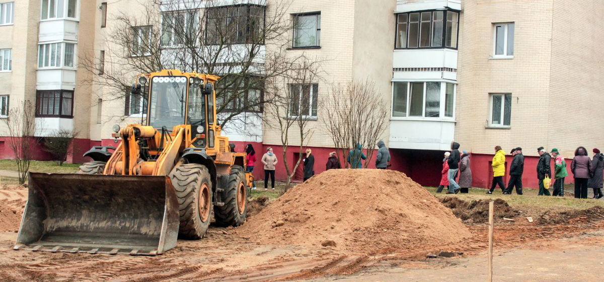 Жители Барановичей возмущены строительством чужой парковки у своего дома