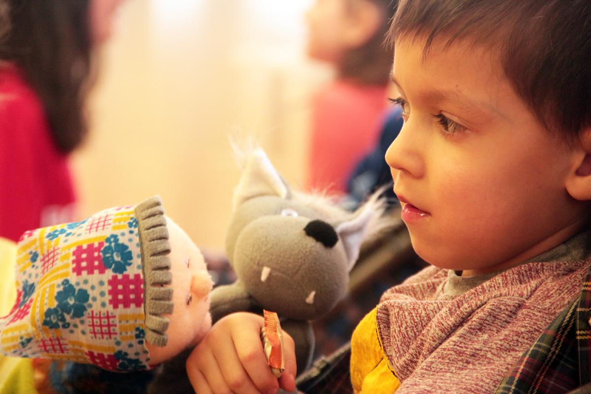 """Во время акции """"В моей руке твоя рука"""" дети получили сладкие подарки."""