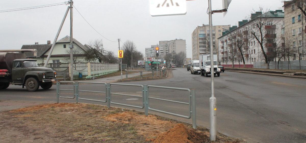 Фотофакт: В Барановичах на улице Брестской и Кооперативной устанавливают ограждения