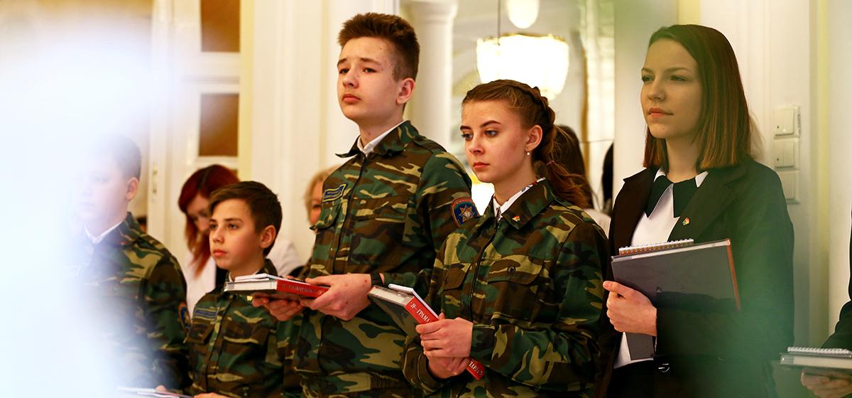 Барановичским школьникам торжественно вручили паспорта