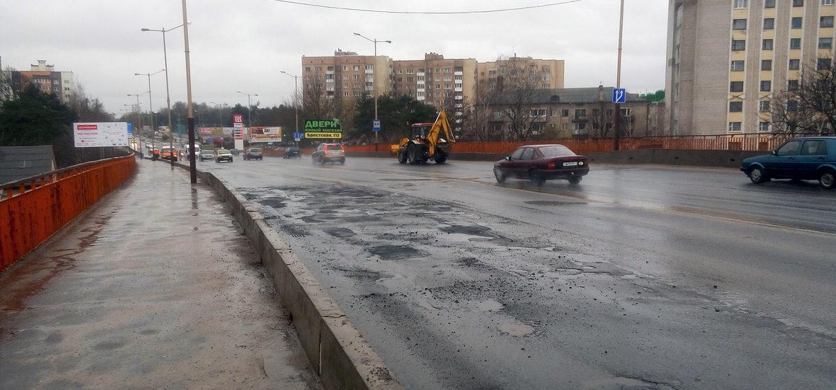В Барановичах в дождь ремонтируют дороги