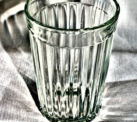 В Сморгони два местных жителя отравились стеклоочистителем, один скончался