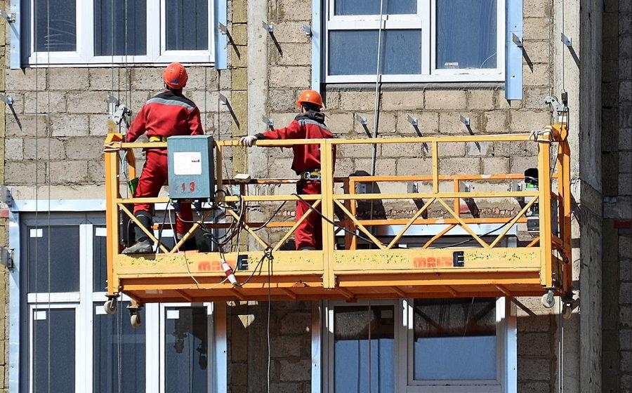 В Минске возле Академии управления двое рабочих выпали из люльки