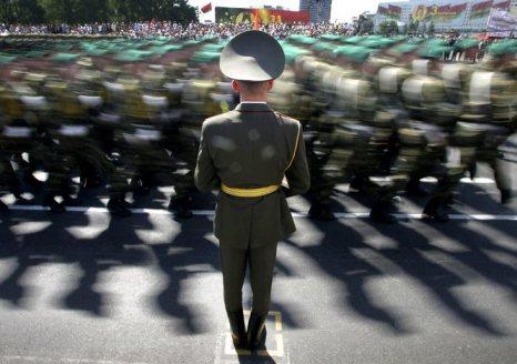 Лукашенко поручил пересмотреть минимальный страховой стаж для военных