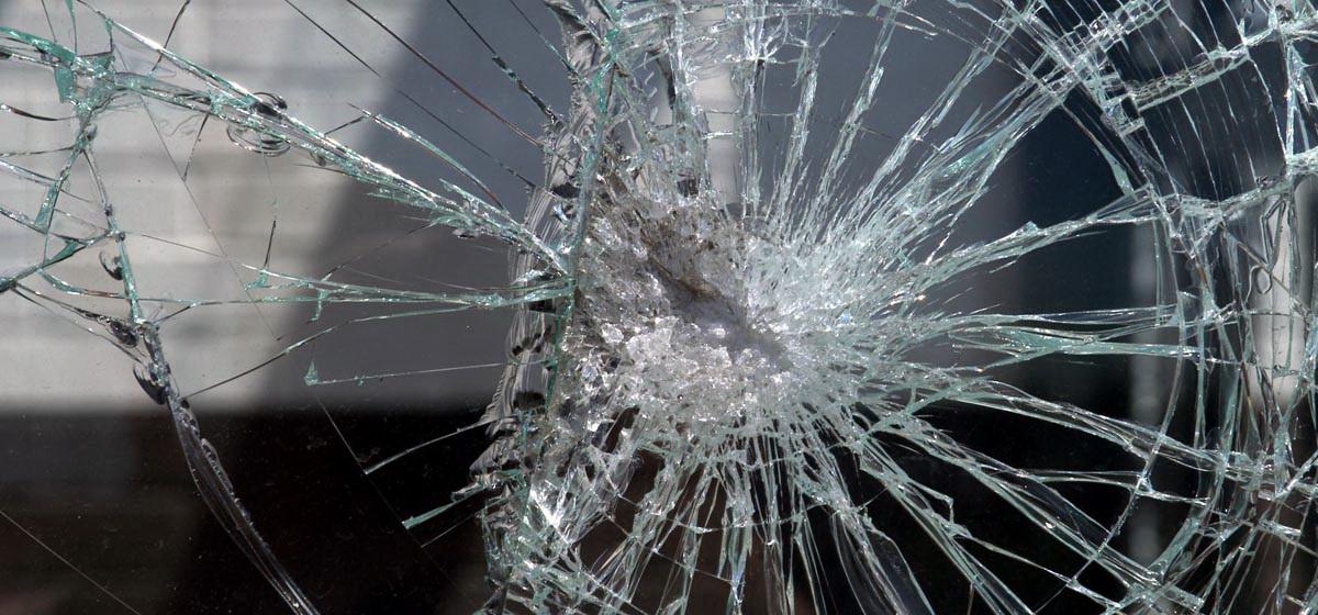 В Барановичах пьяный минчанин разбил стекло в автомобиле