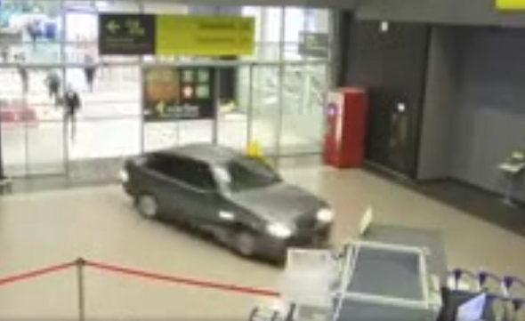 Бывший полицейский, который катался по терминалу Казанского аэропорта, избежал уголовного наказания