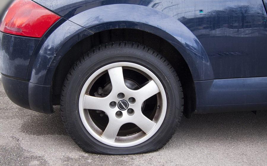 В Бобруйске безработный мужчина порезал колеса на 20 автомобилях