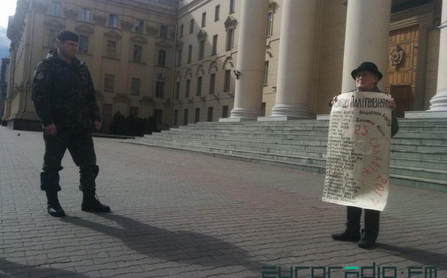 В Минске к зданию КГБ с плакатом «Свободу политзаключенным!» вышла 71-летняя женщина, ее задержали