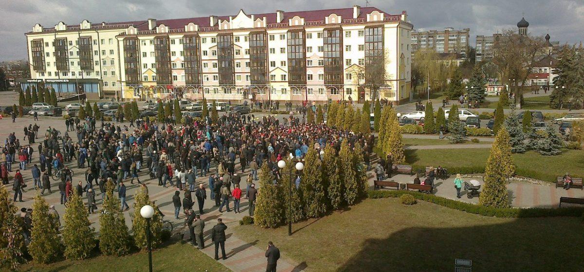 В Пинске несколько сот человек вышли на митинг против Декрета №3