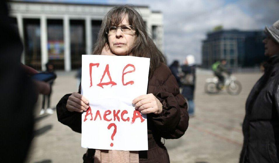 Около ста человек вышли на центральную площадь Минска, требуя освободить политзаключенных