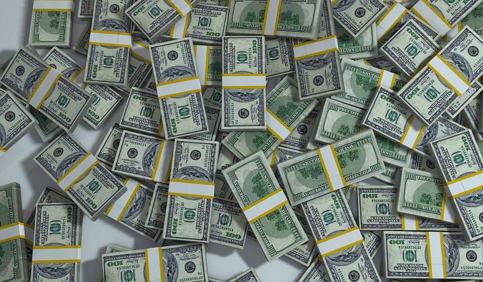 В Орше пенсионер прятал от жены в кровати 5000 долларов