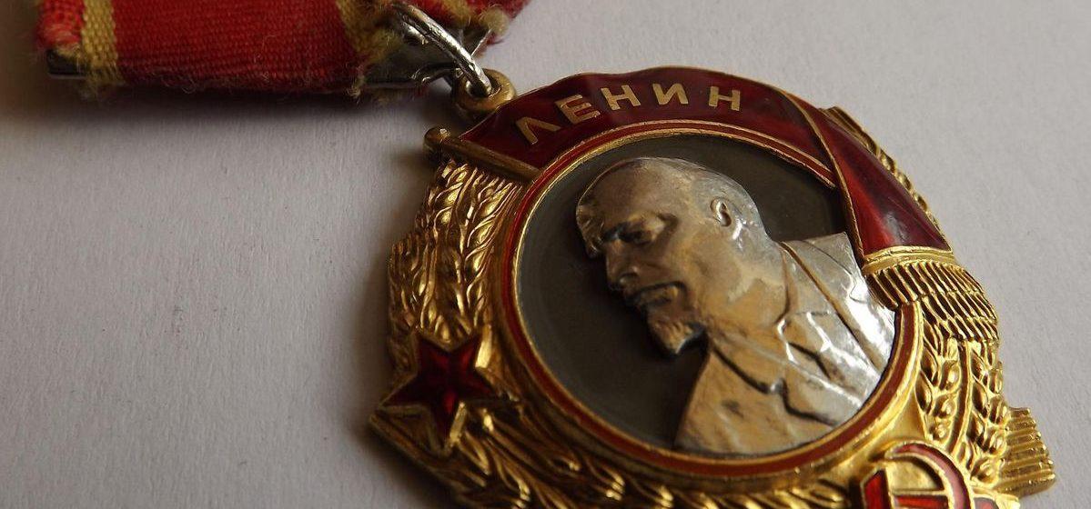 У 83-летнего жителя Барановичей «журналистка» похитила орден Ленина