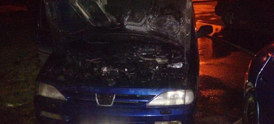 В Барановичах ночью горел «Пежо-806»