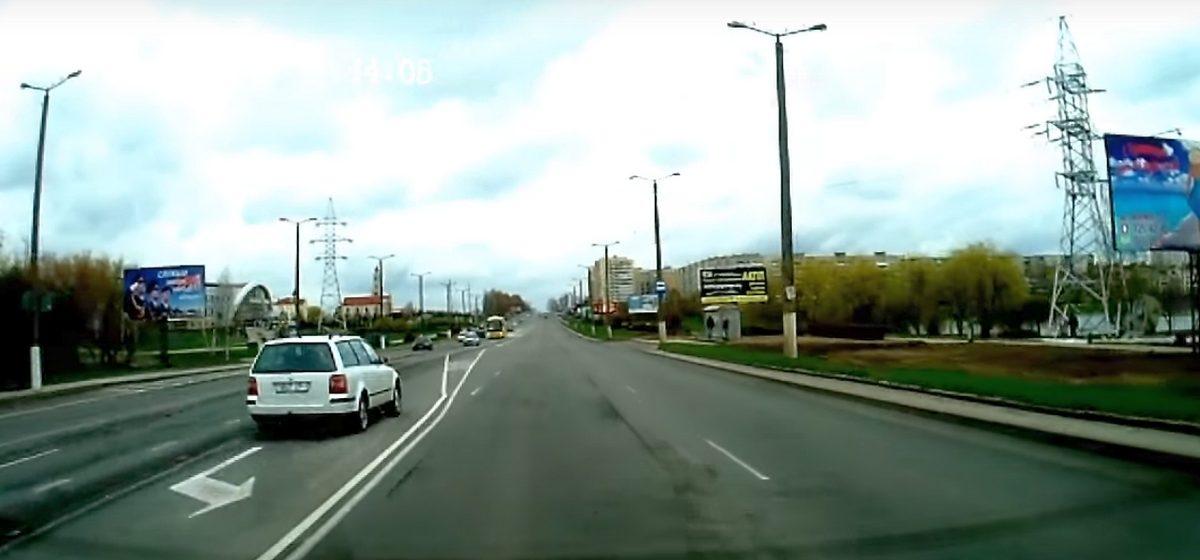 Видеофакт. В Барановичах водитель пересек двойную сплошную линию и поехал по встречке