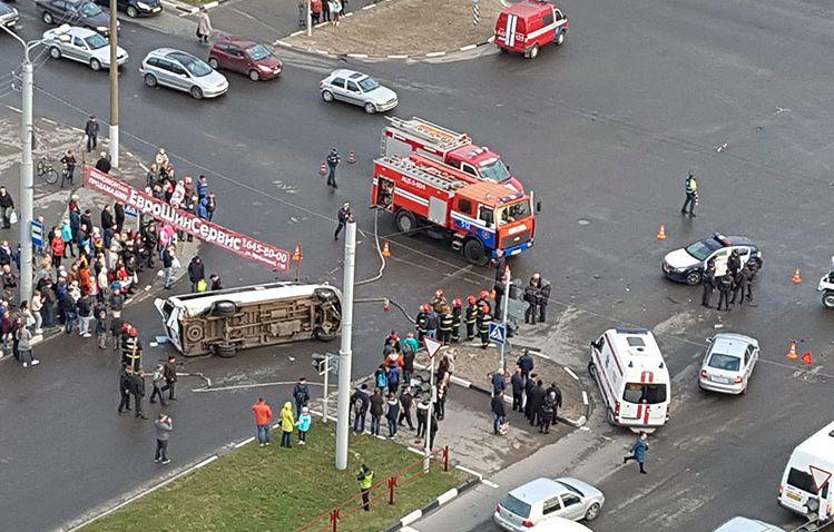 В Витебске маршрутка перевернулась после столкновения с машиной милиции (видео)