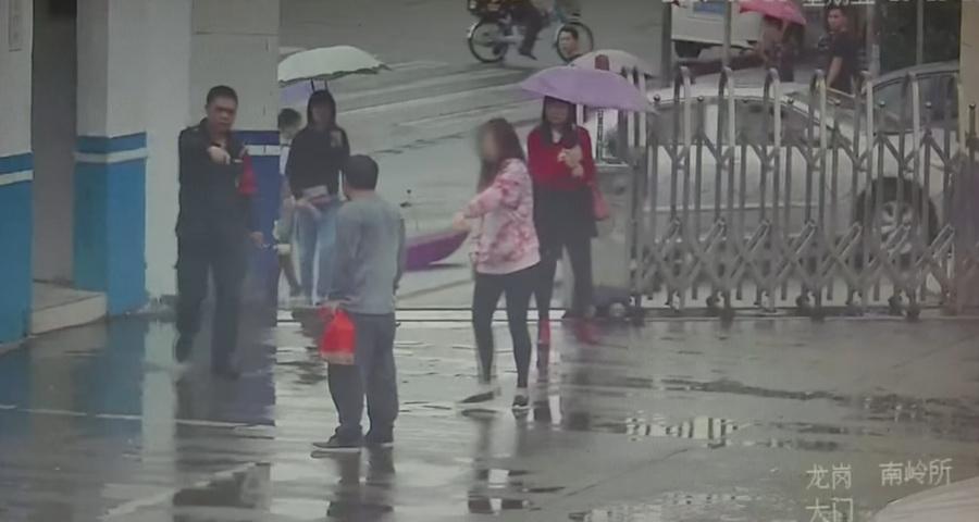 В Китае камера видеонаблюдения сняла, как вор во время кражи забежал в полицейский участок