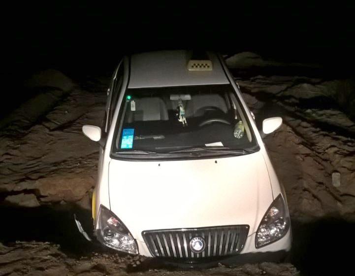 В Гродно перед такси «закончилась» дорога – машина нырнула в яму