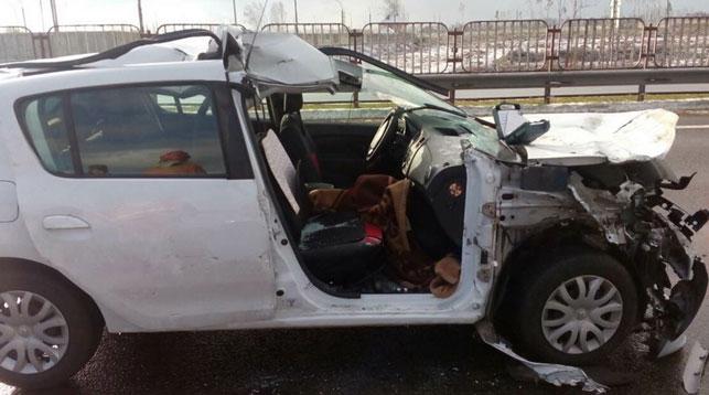 Под Минском легковой автомобиль врезался в грузовик, пассажирку из салона доставали специнструментом спасатели