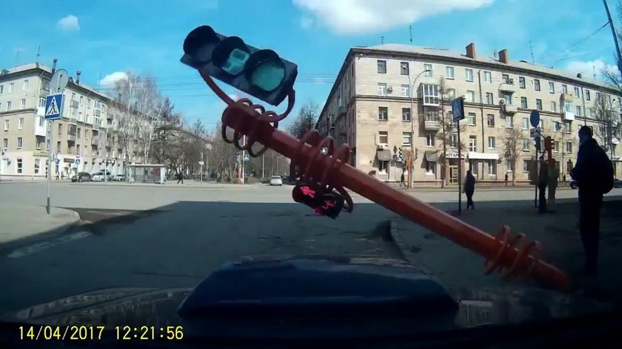 В социальных сетях набирает популярность видео, как мужчина доской «починил» светофор