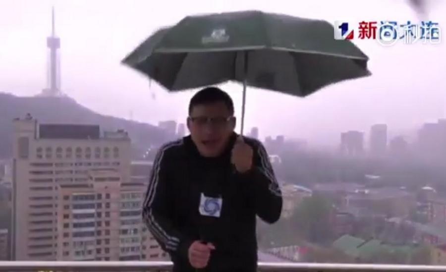 В Китае во время прямого эфира телеведущего ударила молния