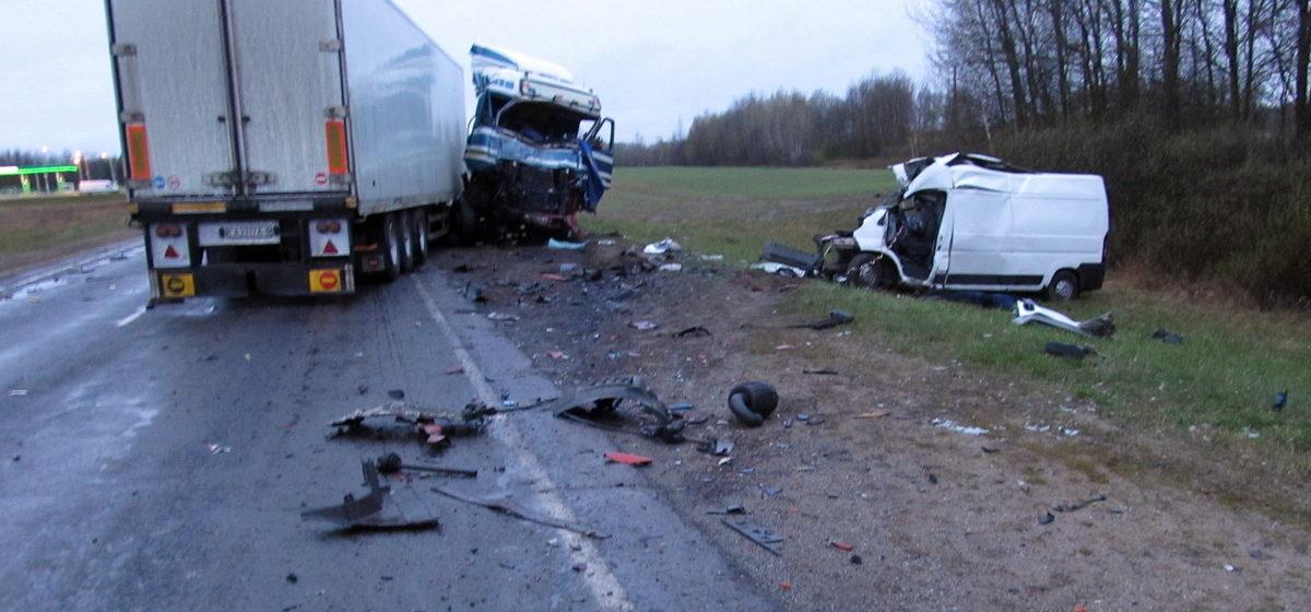 Возле Славгорода в лобовом столкновении Peugeot Boxer с грузовиком один водитель погиб, другой в реанимации
