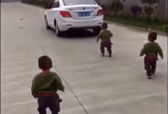 Трогательное видео: Крошки-тройняшки не вынесли расставания с уезжающим на работу отцом