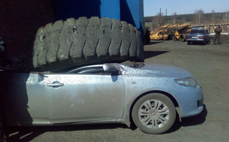 Видео: От БелАЗа отлетело колесо и раздавило легковушку