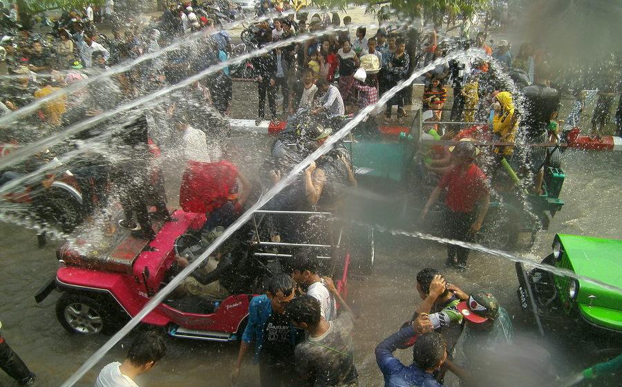 Почти 300 человек убито, более 1000 ранено, десятки групповых изнасилований – результат водного фестиваля в Мьянме