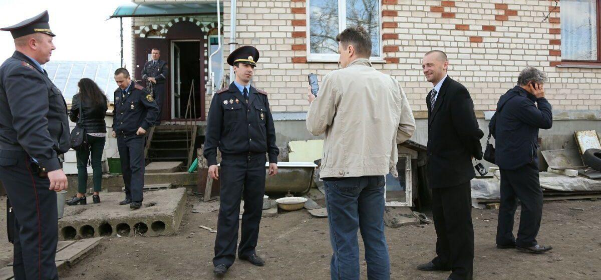 Милиционеры проводят осмотр дома барановичских активистов Черноусов