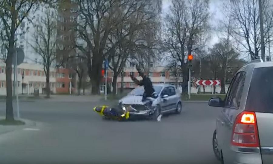 В Гродно на видеорегистратор попала авария с участием мотоциклиста