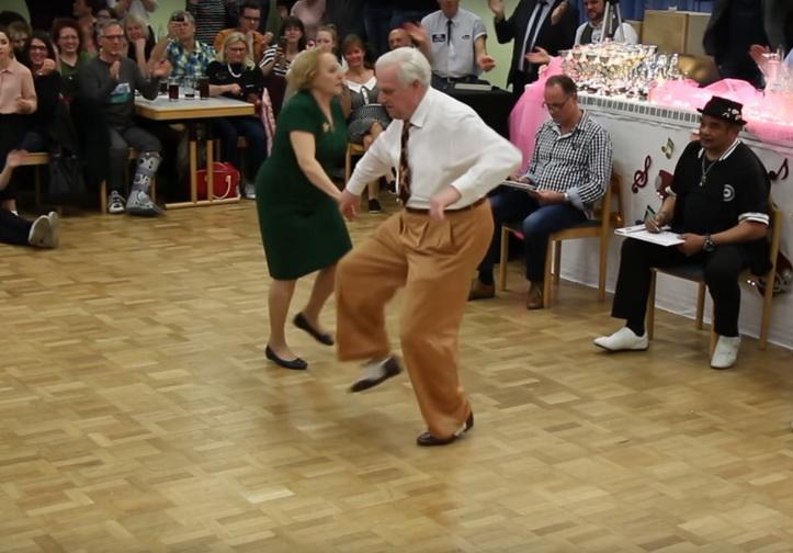 В Германии пара пенсионеров «порвала» танцпол зажигательным танцем буги-вуги