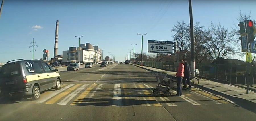 В Барановичах минивэн на огромной скорости чуть не сбил маму с коляской на пешеходном переходе (видео)