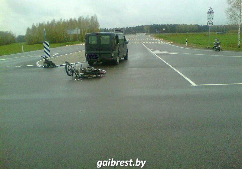 В Барановичском районе столкнулись микроавтобус и мопед
